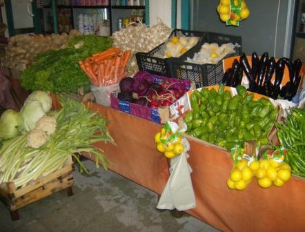 Gemüse vor einem Straßenshop