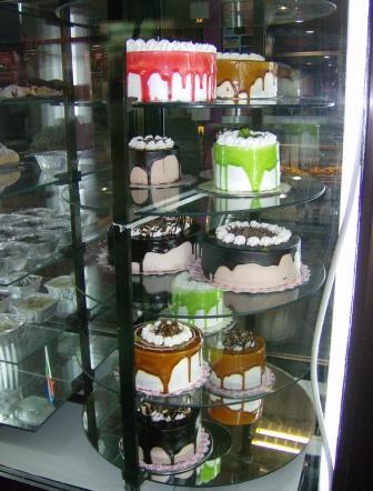 Kuchen vor einem Straßenshop