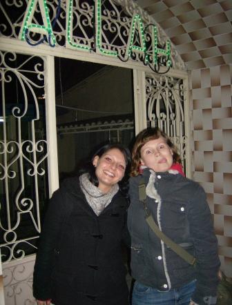 Lotte und Candy vor einer Moschee