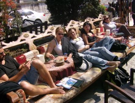 Café in der Sonne Istanbuls