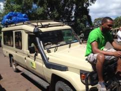 Der Safari-Jeep mit dem Koch Sam