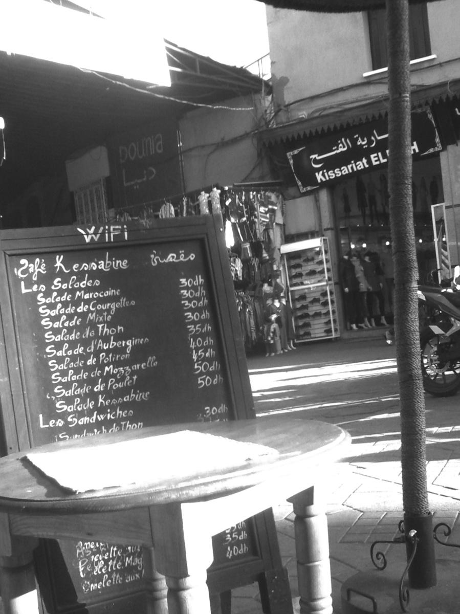 Preistafel eines Cafés in der Medina von Marrakesch