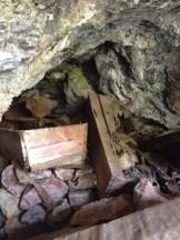 Särge in einer Höhle im Echo Valley